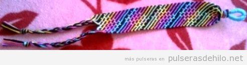 Patrón de pulsera de hilo con rayas de arcoiris