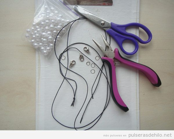 Tutorial Pulsera DIY con perlas e hilo fácil, paso 2