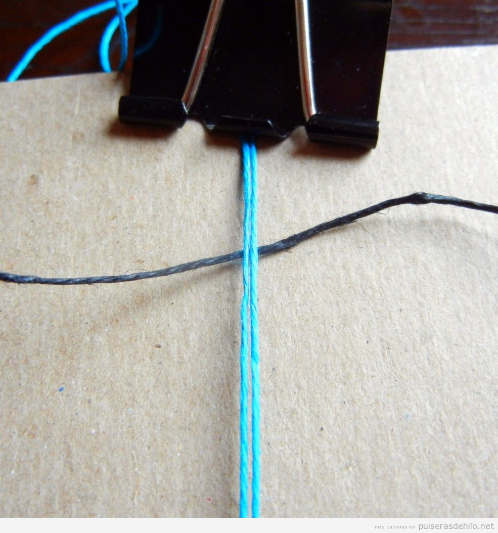 Tutorial pulsera hilos con nudos, paso 1