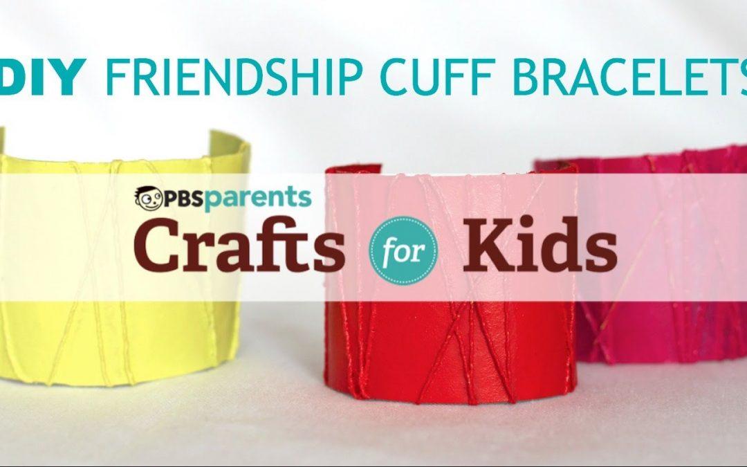 Pulsera DIY hecha con rollos de papel e hilos, ideal para realizar con niños