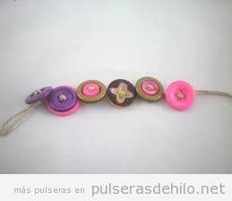 Pulsera DIY hecha con botones y cuerda de esparto