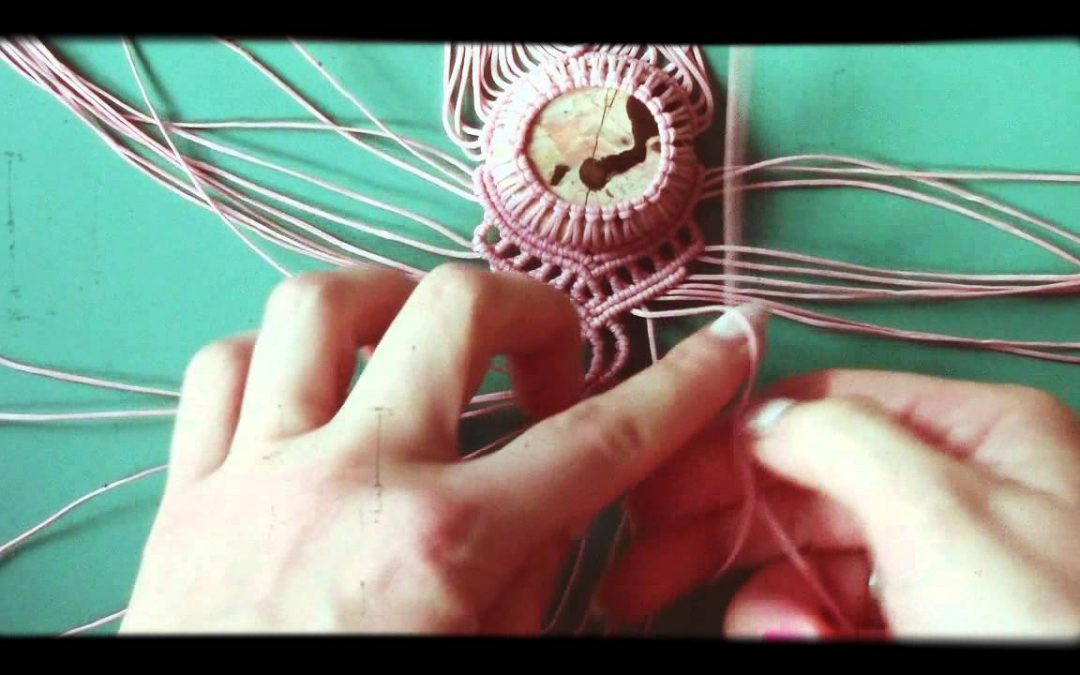 Cómo hacer una pulsera de macramé con un piedra en medio (videotutorial)