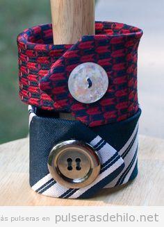 Pulsera hecha con una corbata vieja y un botón