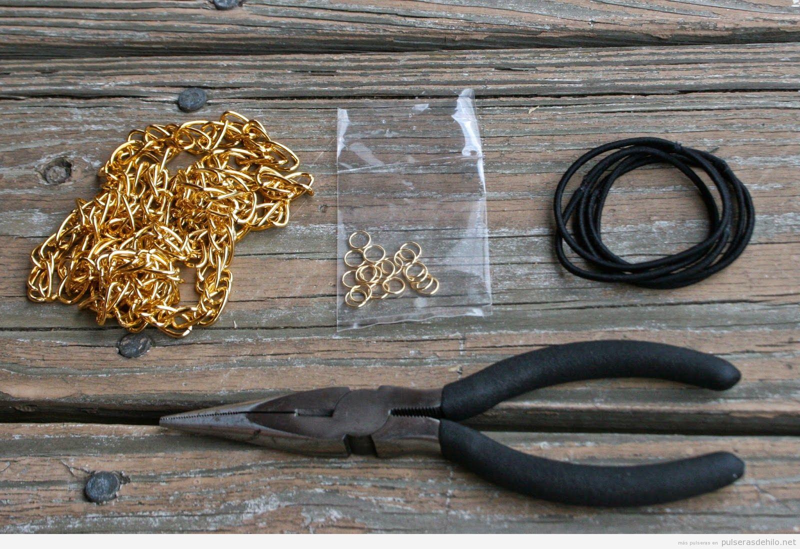 Pulsera hecha con goma del pelo, cadena y dos anillas, ¡super fácil!