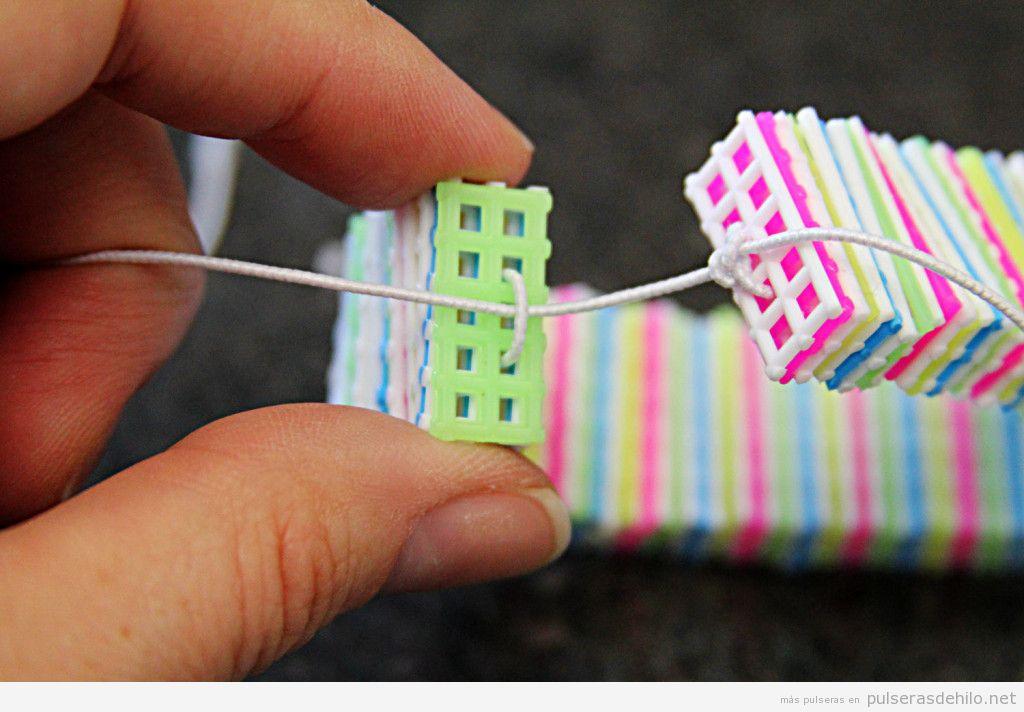 Tutorial pulsera hecha con lienzo de plástico de colores