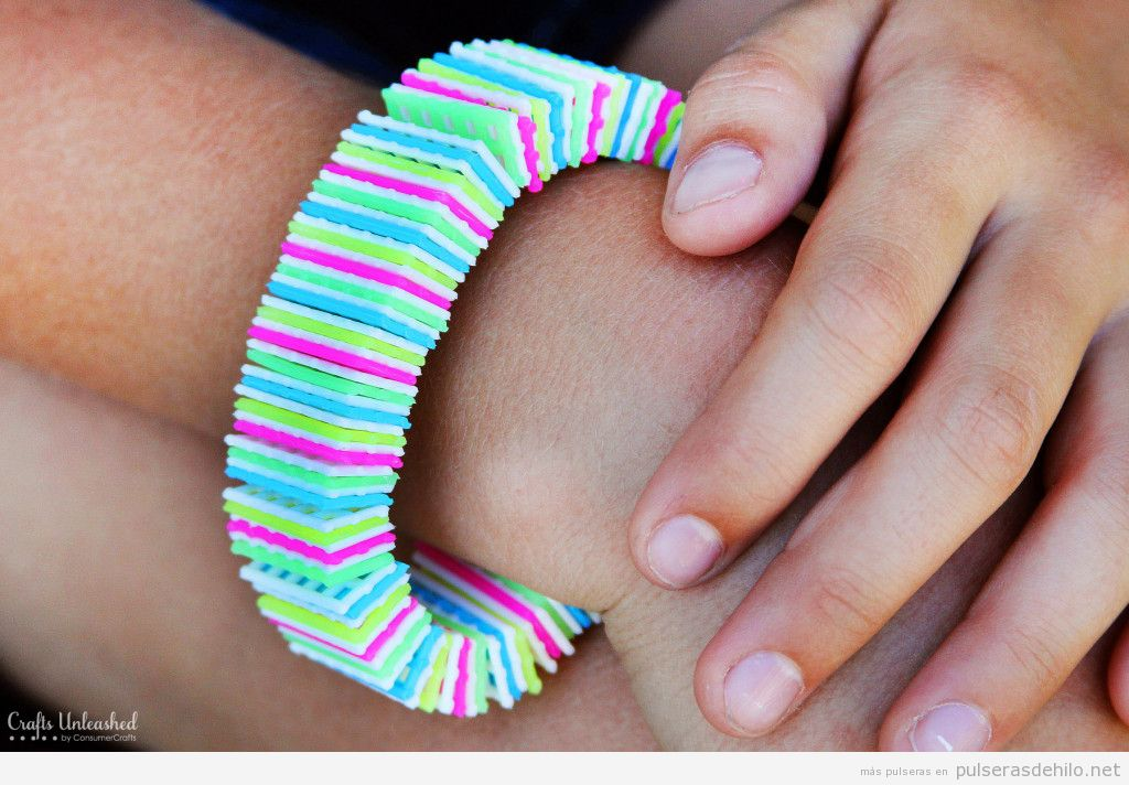 Tutorial pulsera hecha con lienzo de plástico de colores 5