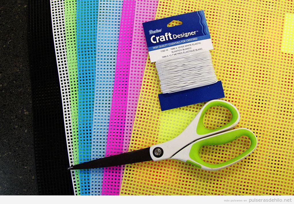 Tutorial pulsera hecha con lienzo de plástico de colores 4
