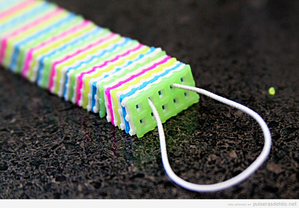 Tutorial pulsera hecha con lienzo de plástico de colores 2